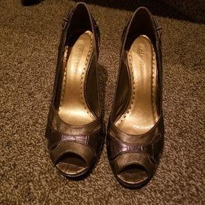 Two tone bronze heels